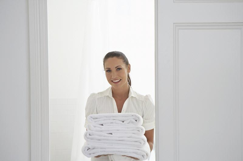 housekeeper-bringing-towels